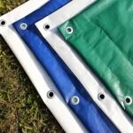 Kvalitní zakrývací plachta ochrání materiál, stroje i hrubou stavbu